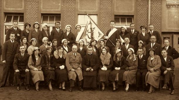 Chór w roku 1933 po otrzymaniu sztandaru, w środku org. Falkowski i ks. Redmer
