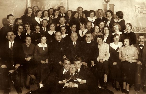 Chór w roku 1935 w środku ks. Danielewicz, org. Falkowski, ks. Lehman.